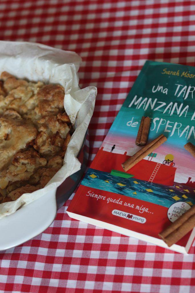 Mi crumble de manzana junto al libro donde he encontrado la receta: Una tarta de manzana llena de esperanza.