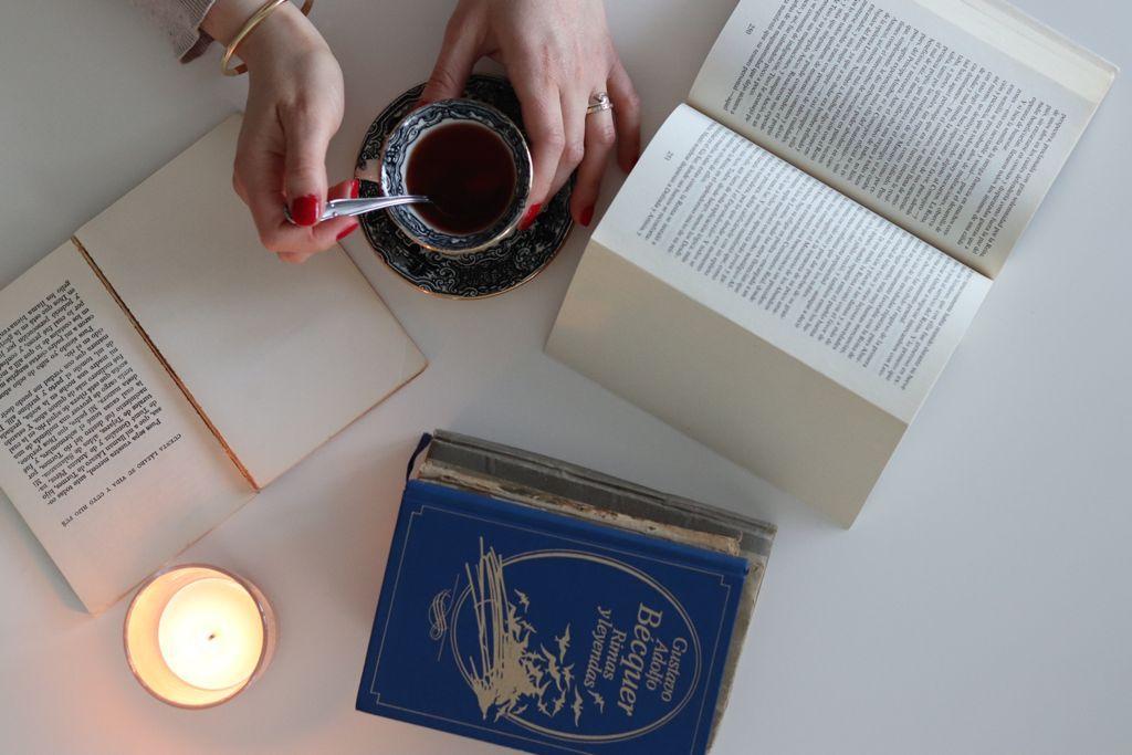 libros clásicos y té, la mejor combinacion