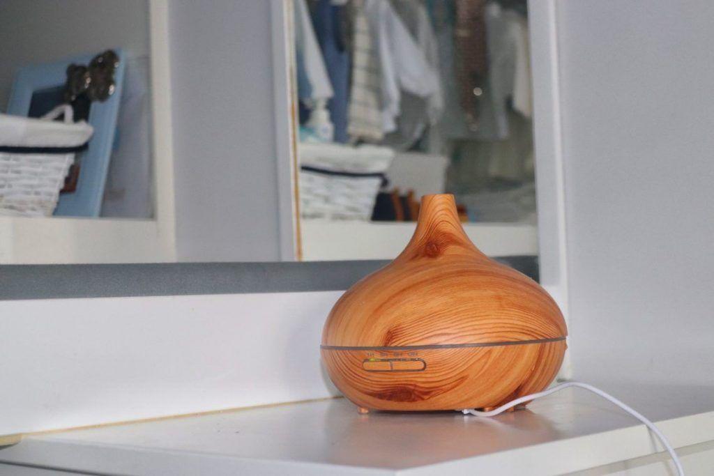 Difusor de amacrema house sobre zapatero para conseguir un buen olor en casa con los aceites esenciales
